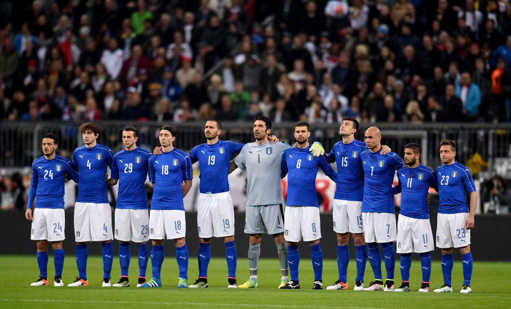 MUNICH, GERMANY - MARCH 29: The Italy team observe a minutes silence prior to the international friendly match between Germany and Italy at Allianz Arena on March 29, 2016 in Munich, Germany. (Photo by Claudio Villa/Getty Images)