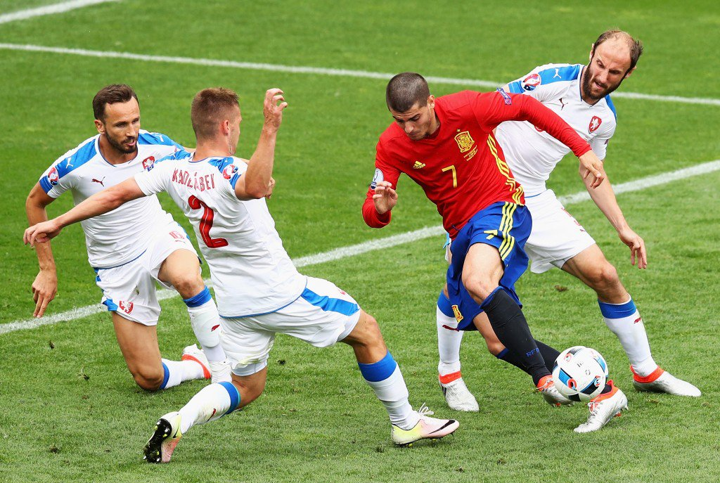 TOULOUSE, FRANCE - JUNE 13: Alvaro Morata (2nd R) of Spain competes for the ball against Tomas Sivok(1st L) , Pavel Kaderabek (2nd L) and Roman Hubnik (1st R) of Czech Republic during the UEFA EURO 2016 Group D match between Spain and Czech Republic at Stadium Municipal on June 13, 2016 in Toulouse, France. (Photo by Dean Mouhtaropoulos/Getty Images)