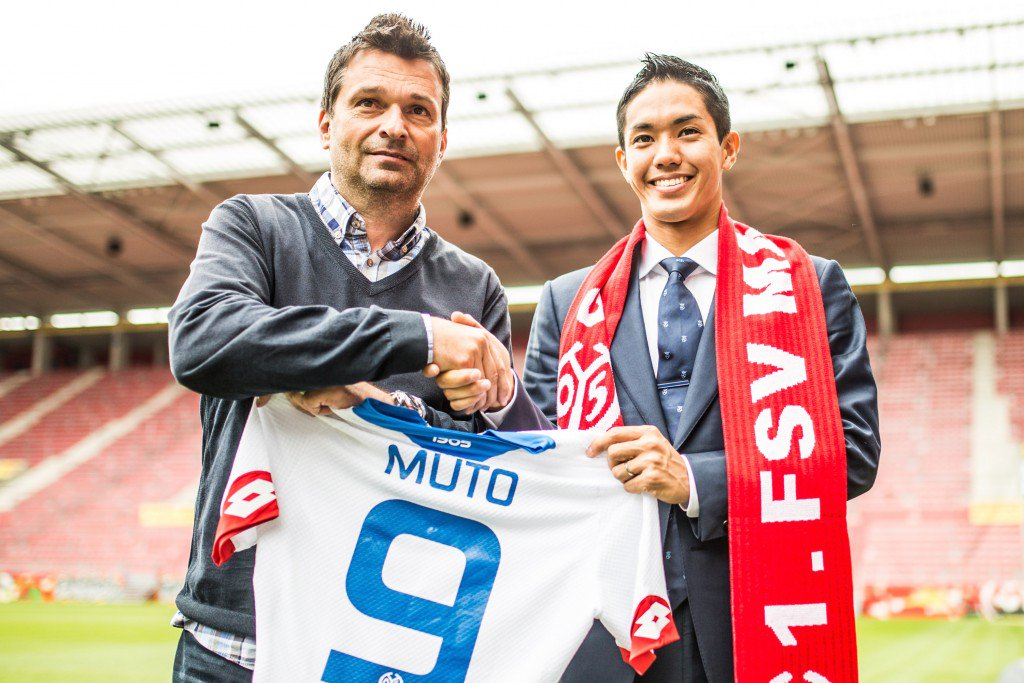 MAINZ, GERMANY - JULY 09: New signing player Yoshinori Muto of 1. FSV Mainz 05 shakes hands with manager Christian Heidel (L) during his unveiling at Coface Arena during on July 9, 2015 in Mainz, Germany. (Photo by Simon Hofmann/Bongarts/Getty Images)