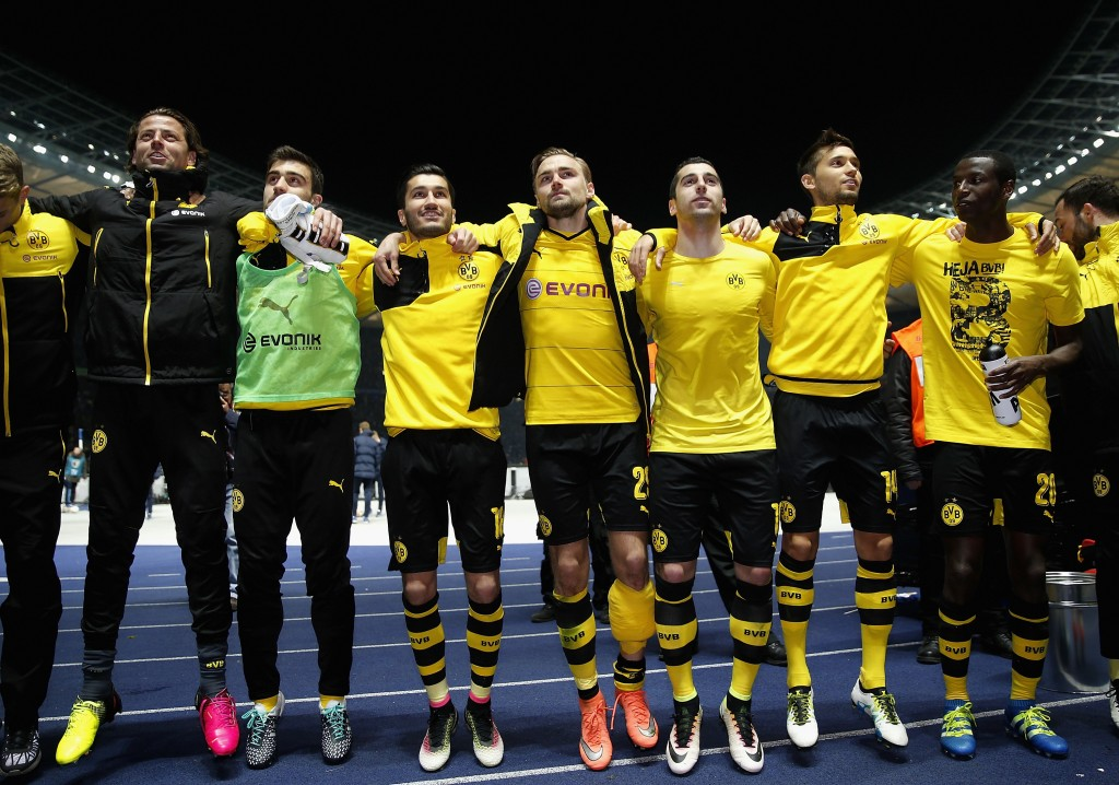 BERLIN, GERMANY - APRIL 20: The team of Dortmund celebrate after winning the DFB Cup semi final match between Hertha BSC and Borussia Dortmund at Olympiastadion on April 20, 2016 in Berlin, Germany. (Photo by Boris Streubel/Bongarts/Getty Images)