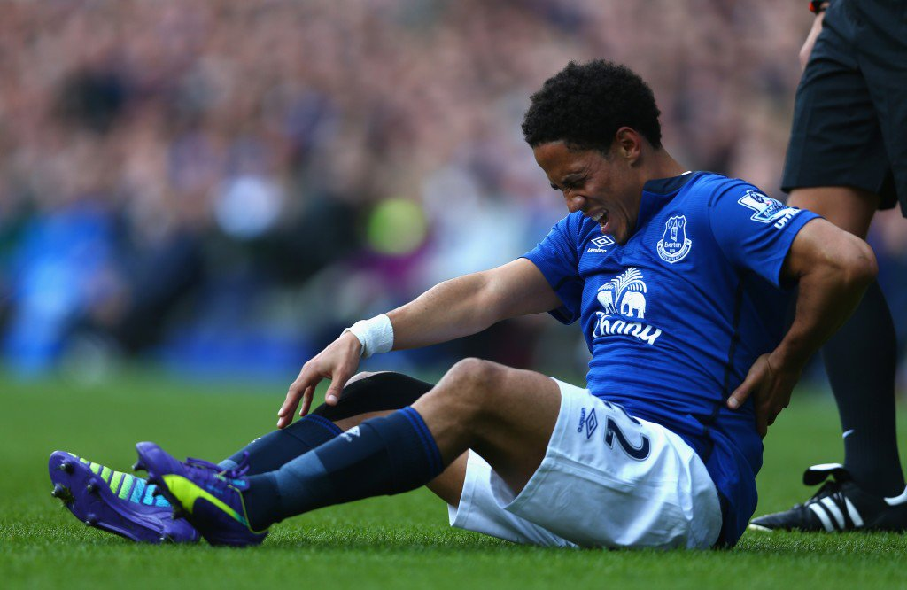 LIVERPOOL, ENGLAND - AUGUST 23: Steven Pienaar of Everton reacts to an injury during the Barclays Premier League match between Everton and Arsenal at Goodison Park on August 23, 2014 in Liverpool, England. (Photo by Clive Brunskill/Getty Images)