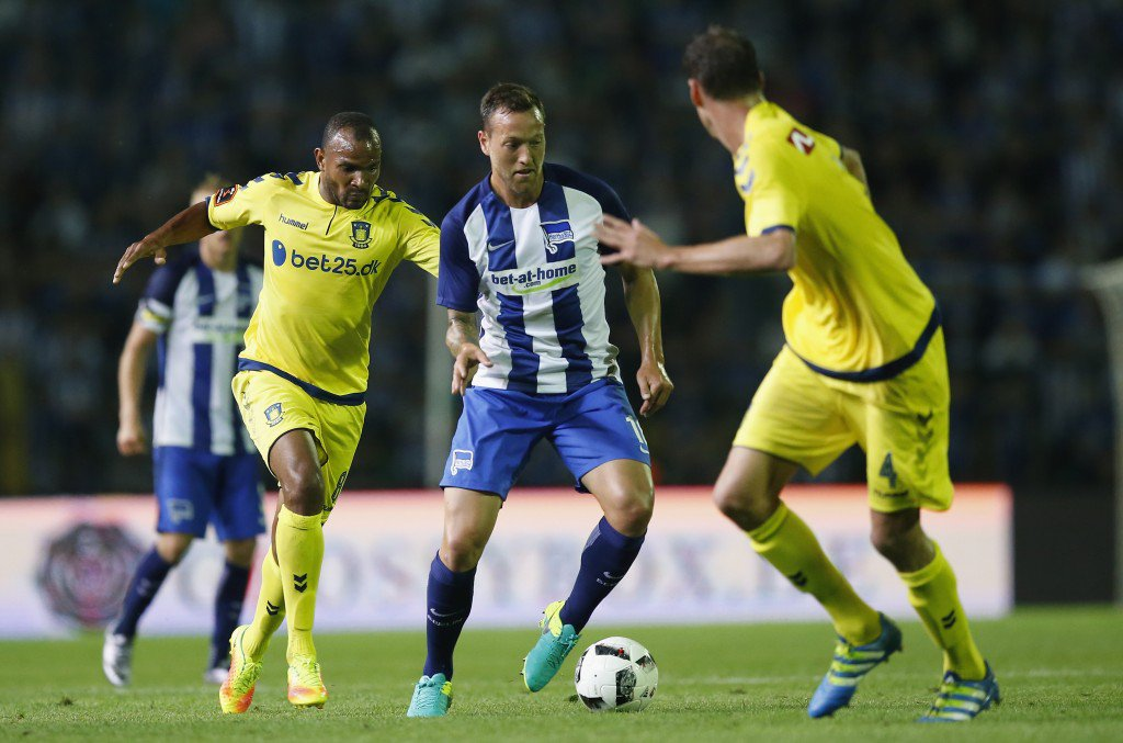 BERLIN, GERMANY - JULY 28: Julian Schieber (C) of Hertha BSC is challenged by Rodolph Austin (L) of Brondby IF during the UEFA Europa League third qualifying round first leg match between Hertha BSC Berlin and Brondby IF at Friedrich-Ludwig-Jahn-Sportpark on July 28, 2016 in Berlin, Germany. (Photo by Boris Streubel/Bongarts/Getty Images)