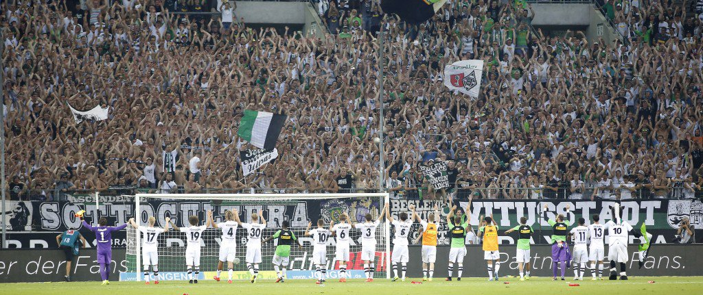 MOENCHENGLADBACH, GERMANY - AUGUST 27: Team Gladbach celebrate the victory with fans after the Bundesliga match between Borussia Moenchengladbach and Bayer 04 Leverkusen at Borussia-Park on August 27, 2016 in Moenchengladbach, Germany. (Photo by Mika Volkmann/Bongarts/Getty Images)