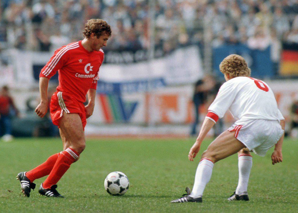 HAMBURG, GERMANY - APRIL 20: Wolfgang Dremmler (L) of Bayern controls the ball against Thomas von Heesen during the Bundesliga match between Hamburger SV and Bayern Munich at the Volksparkstadium on April 20, 1985 in Hamburg, Germany. (Photo by Bongarts/Getty Images)