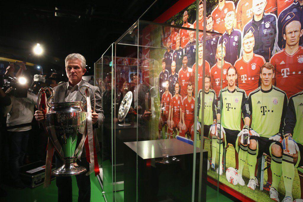 """Jupp Heynckes mit dem ,,Henkelpott"""" im Bayern-Museum. Eine Titelverteidigung war dem Münchner Coach 2013 nicht vergönnt..."""