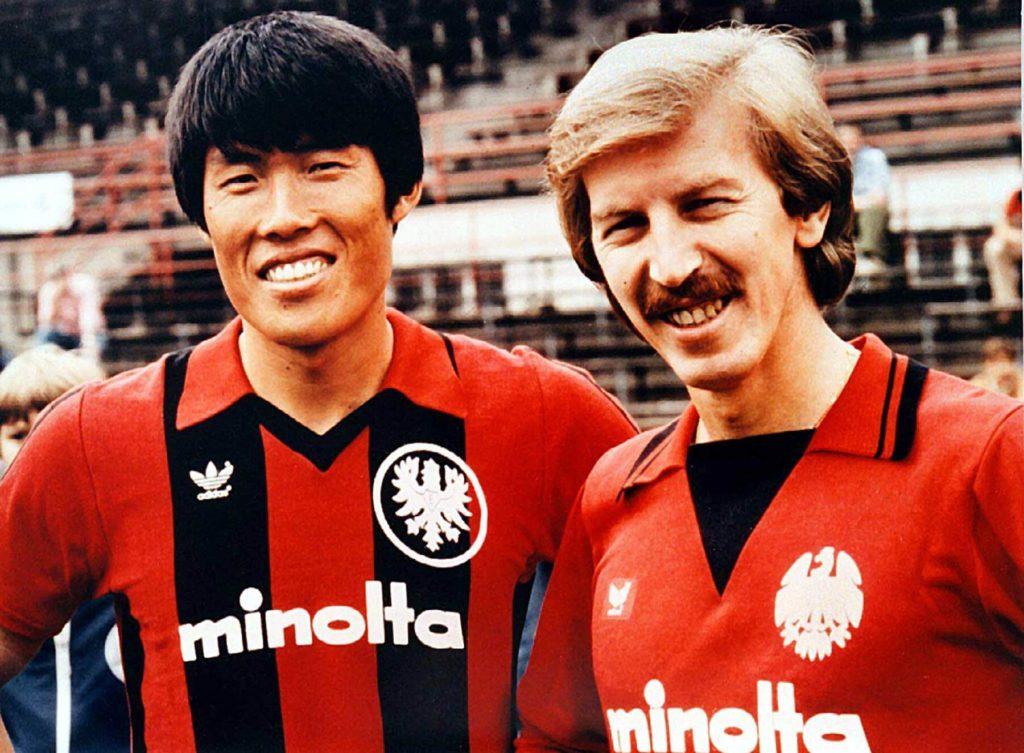 Bum-Kun Cha (links) im Trikot der Frankfurter Eintracht. Foto: Imago