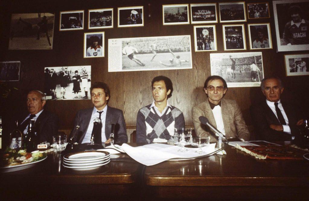 Branko Zebec (Zweiter von rechts) 1981/1982. Mit am Tisch sitzt links daneben auch Franz Beckenbauer. Foto: Getty Images