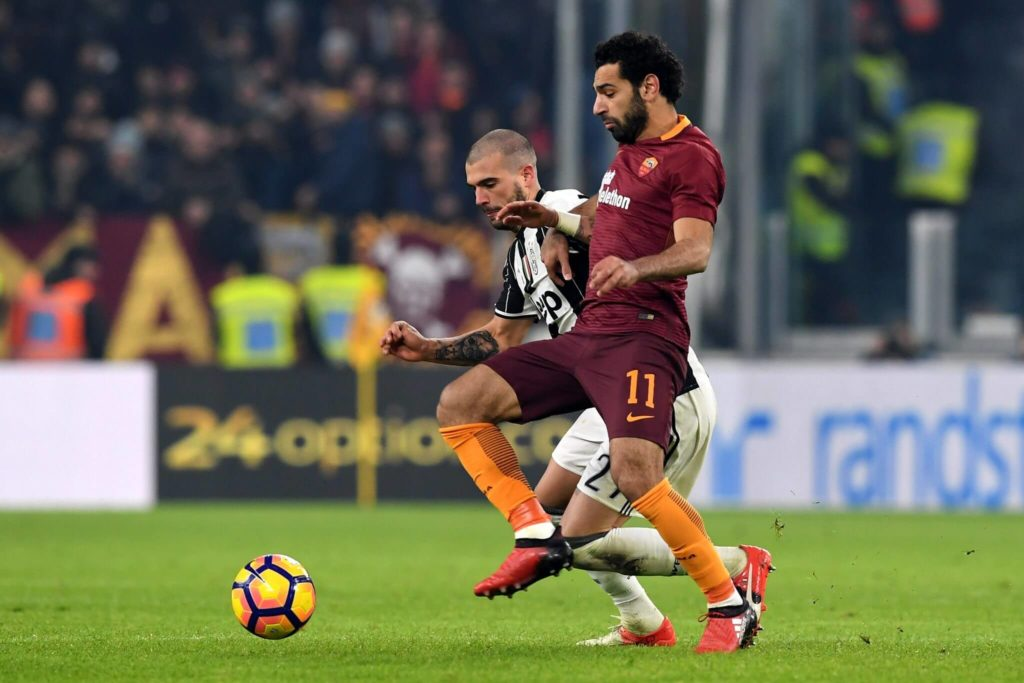 TURIN, ITALY - DECEMBER 17: Stefano Sturaro (L) of Juventus FC competes with Mohamed Salah of AS Roma during the Serie A match between Juventus FC and AS Roma at Juventus Stadium on December 17, 2016 in Turin, Italy. (Photo by Valerio Pennicino/Getty Images)