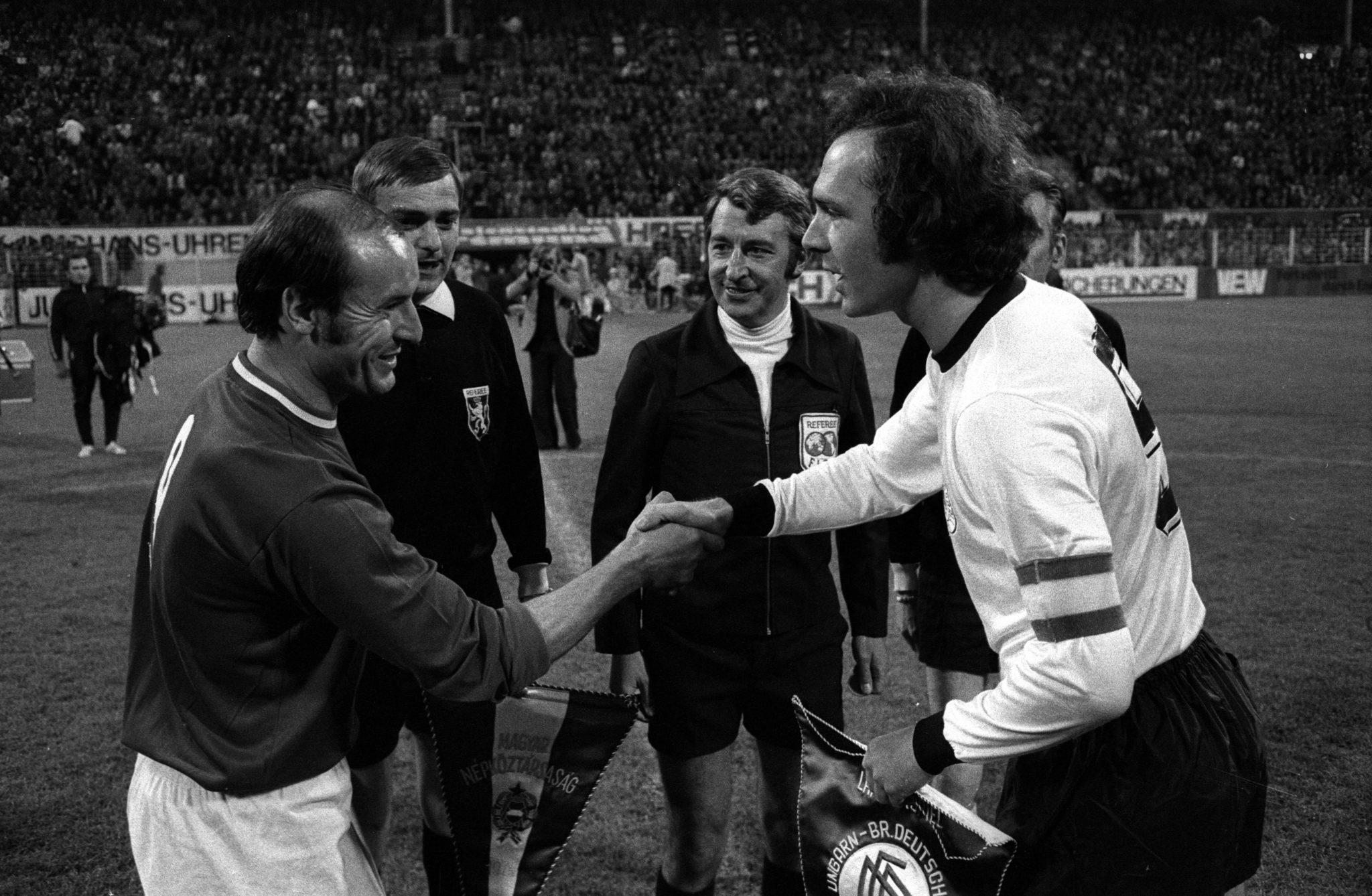 Ferenc Bene (Ungarn ) und Franz Beckenbauer mit FIFA Referee Schaut (Belgien). Bild: Imago