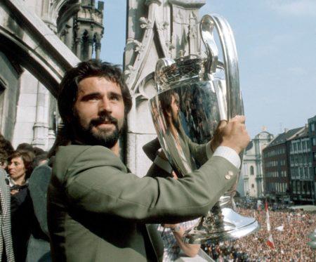 Gerd Müller (Bayern) präsentiert auf dem Marienplatz den Europapokal der Landesmeister.