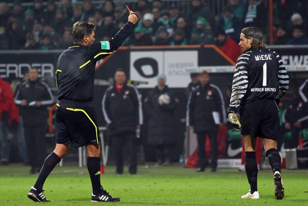 BREMEN, GERMANY - JANUARY 29: Referee Thorsten Kinhoefer shows goalkeeper Tim Wiese of Bremen the red card during the Bundesliga match between SV Werder Bremen and FC Bayern Muenchen at Weser Stadium on January 29, 2011 in Bremen, Germany. (Photo by Lars Baron/Bongarts/Getty Images)