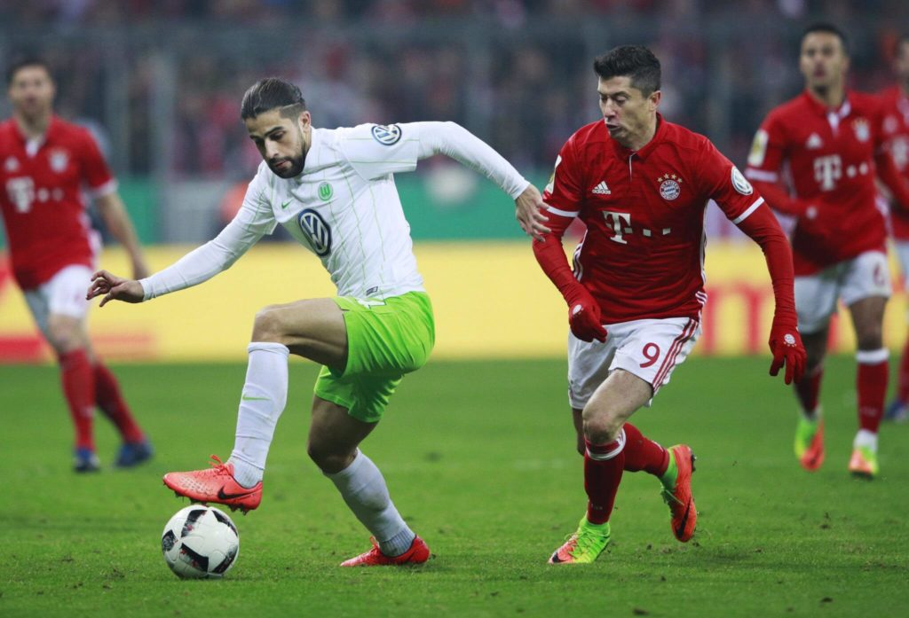 MUNICH, GERMANY - FEBRUARY 07: Robert Lewandowski of Bayern Muenchen challenges Ricardo Rodriguez of VfL Wolfsburg during the DFB Cup Round Of 16 match between Bayern Muenchen and VfL Wolfsburg at Allianz Arena on February 7, 2017 in Munich, Germany. (Photo by Adam Pretty/Bongarts/Getty Images)