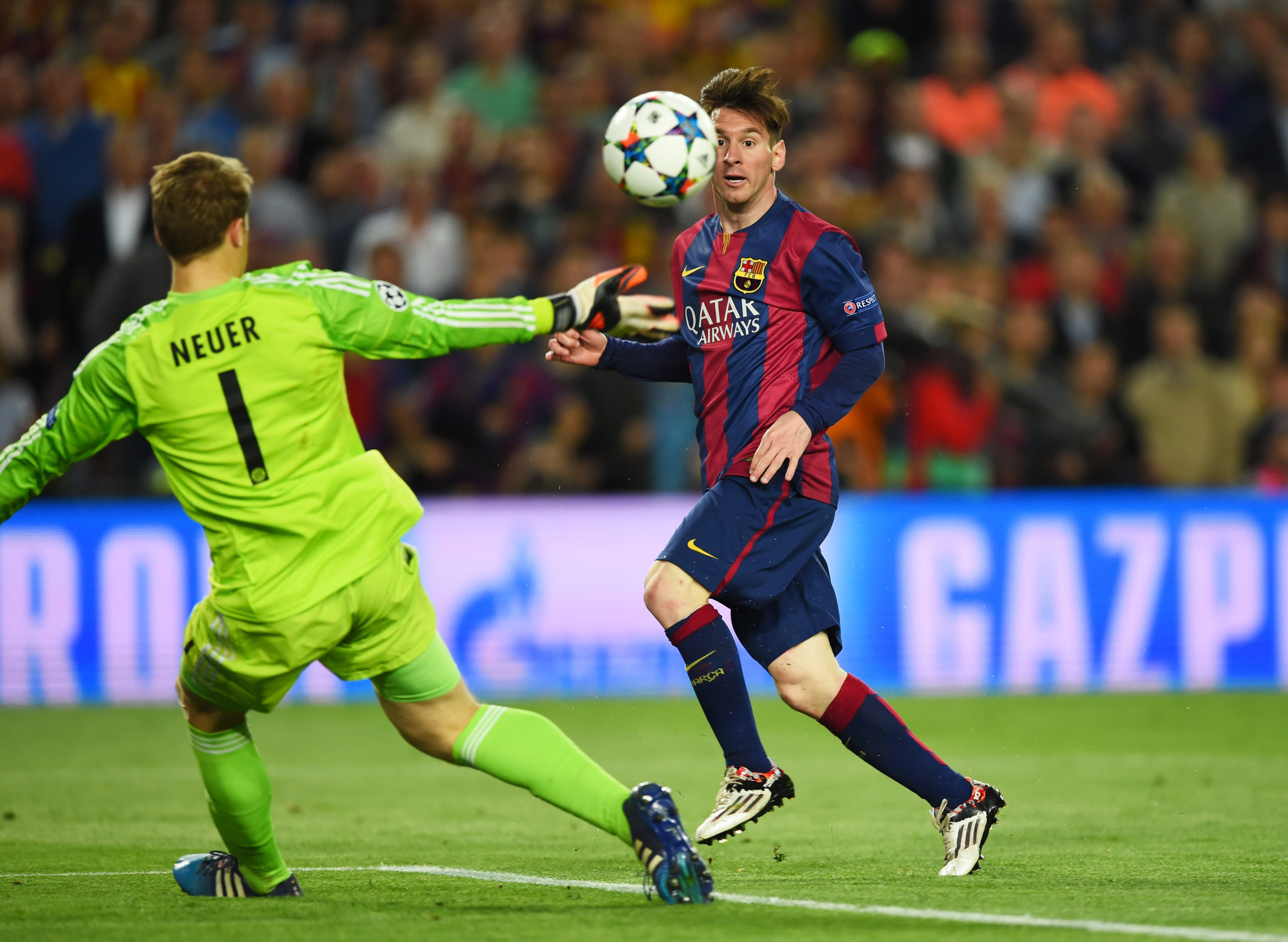 Lionel Messi überwindet Manuel Neuer.