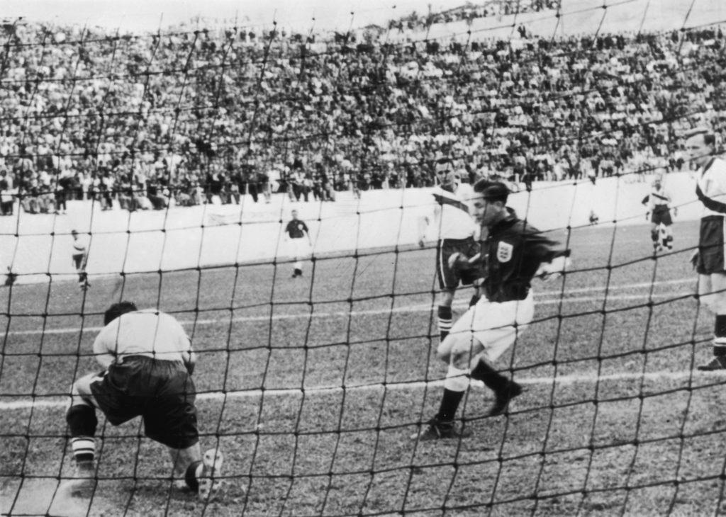 BELO HORIZONTE - 29. Juni 1950 US-Goalie Frank Borghi klärt vor Tom Finney im Spiel England-USA.