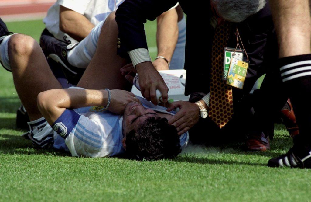 Diego Maradona liegt verletzt am Boden.