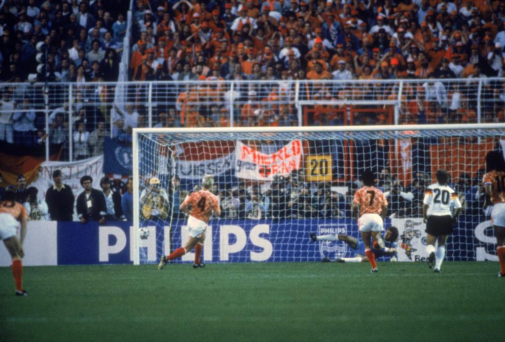 1988: Die Wende in Hamburg: Ronald Koeman (Nr. 4) trifft für Holland gegen Deutschland zum 1:1.