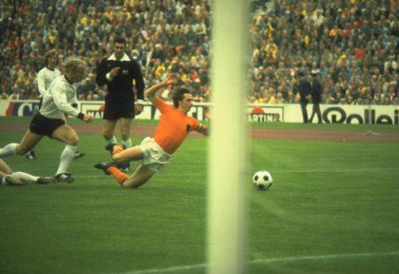 Holland geht gegen die BR Deutschland im WM-Finale 19754 mit 1:0 in Führung. Uli Hoeneß hatte Johan Cruyff gefoult.