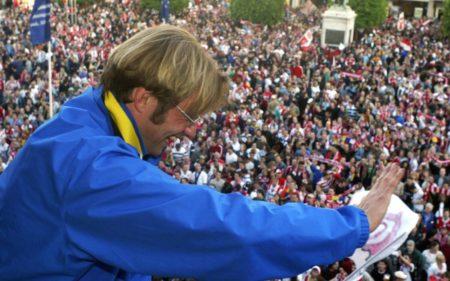 23. Mai 2004.: Jürgen Klopp feiert mit den Fans des FSV Mainz 05 den Aufstieg in die Fußball-Bundesliga.