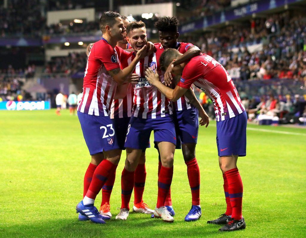 TALLINN, ESTLAND - AUGUST 15 2018:  Saul Niguez von Atletico Madrid feiert mit seinen Teamkollegen nachdem er im UEFA Superpokal zwischen Real Madrid und Atletico Madrid das dritte Tor seines Teams erzielt hatte.