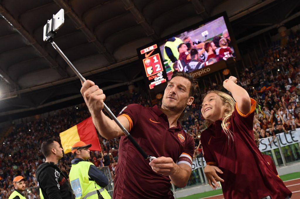 ROM, ITALIEN - MAI 31 2015: Der Kapitän - Francesco Totti verbrachte seine gesamte Karriere bei Roma und gewann einen Serie-A-Titel, zwei Coppa Italia-Titel und zwei Supercoppa Italiana-Titel.