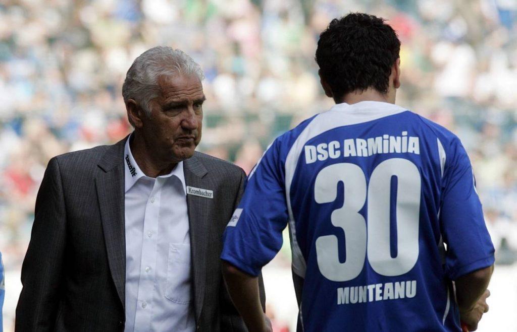 Jörg Berger (l.) konnte auf seiner letzten Trainer-Mission Arminia Bielefeld 2009 nicht retten. Foto: Imago Images.