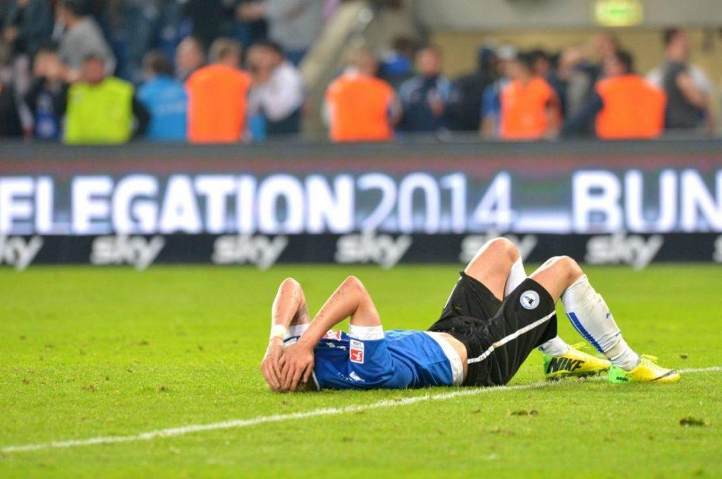 Drama in der Relegation 2014. Felix Burmeister von Arminia Bielefeld ist nach dem 2:4 in der Verlängerung gegen Drittligist Darmstadt 98 untröstlich. Foto: Imago Images / Dünhölter SportPresseFoto