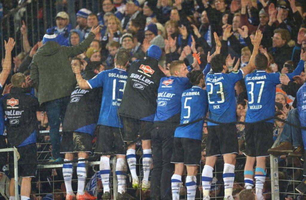 Die Alm-Könige: Nach dem Pokal-Coup am 4. März 2015 gegen Werder Bremen feiert Arminia Bielefeld mit seinen Fans. Foto: Imago Images / Dünhölter SportPresseFoto