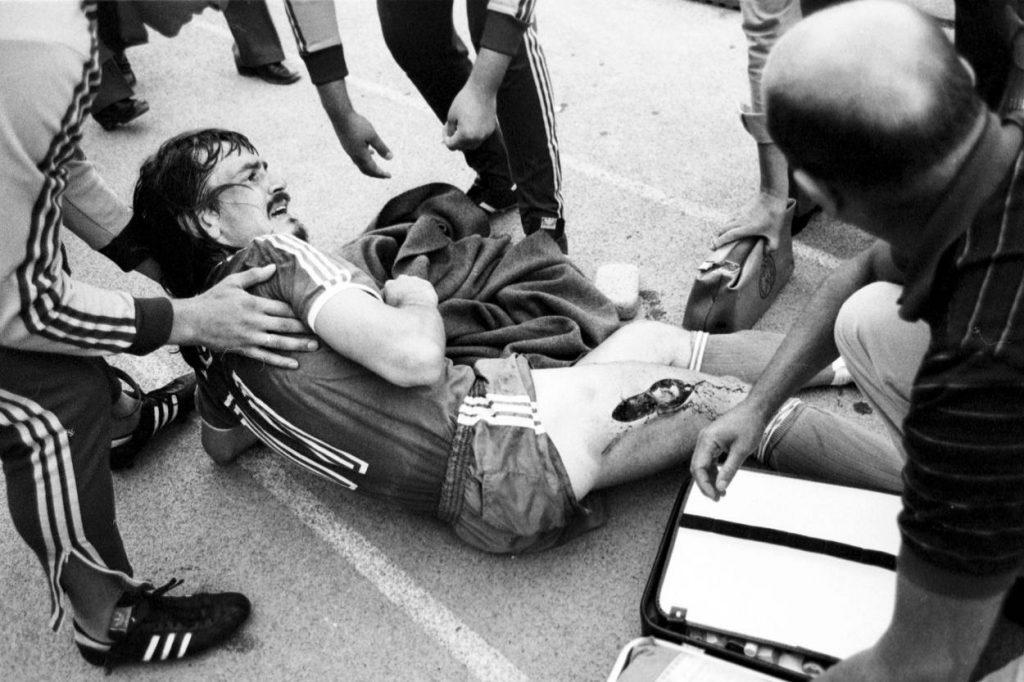 Ewald Lienen brauchte nach dem schlimmen Foul von Norbert Siegmann (nicht im Bild) Wochen, um sich zu erholen. Foto: Imago Images / Sven Simon