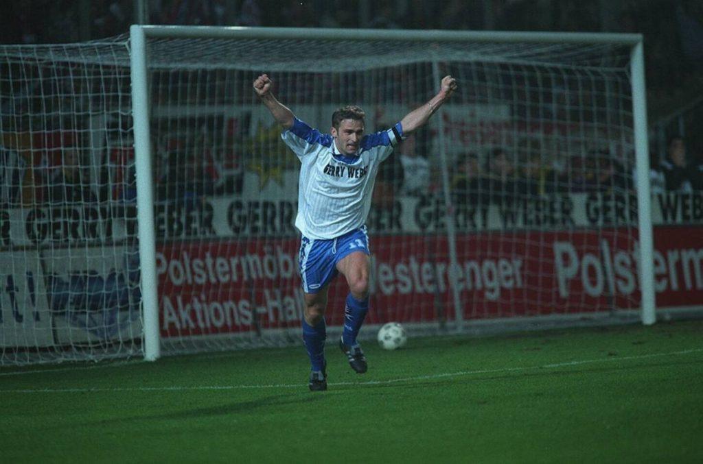 Stefan Kuntz machte in 65 Bundesliga-Spielen für Arminia Bielefeld 25 Tore, wie hier beim 2:0 gegen den späteren Meister FC Bayern München am 1. März 1997. Nur 2 Spieler trafen häufiger für den DSC. Foto: Imago Images / Teutopress