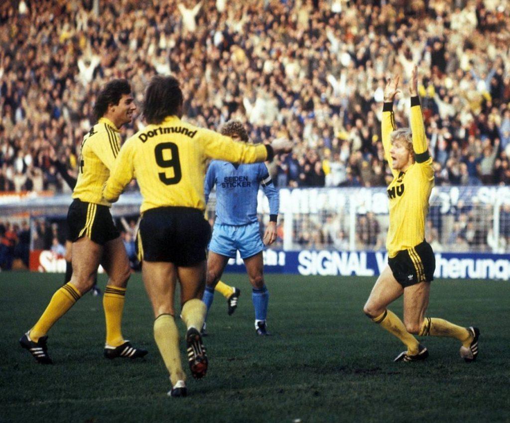 Die höchste Niederlage von Arminia Bielefeld in der Bundesliga: Borussia Dortmund mit Bernd Klotz, Marcel Raducanu und Manfred Burgsmüller (r.) nehmen den ostwestfälischen Nachbarn 1982 mit 11:1 auseinander. Foto: Imago Images / Kicker / Eissner