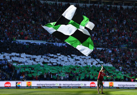 Anhänger mit Hannover 96 Flagge.