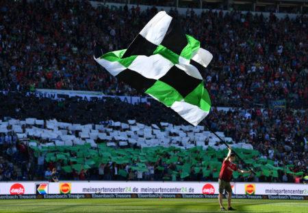 Anhänger mit Hannover 96 Flagge.