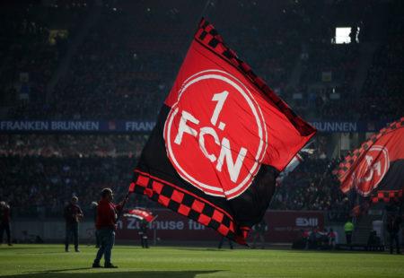 Anhänger mit Nürnberger-Fahne.