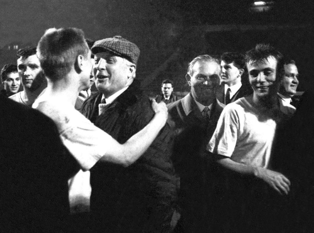 Europapokalfinale der Pokalsieger: Borussia Dortmund - FC Liverpool (2:1 n.V.) am 5.5.1966 in Glasgow. Trainer Multhaup und Stan Libuda.