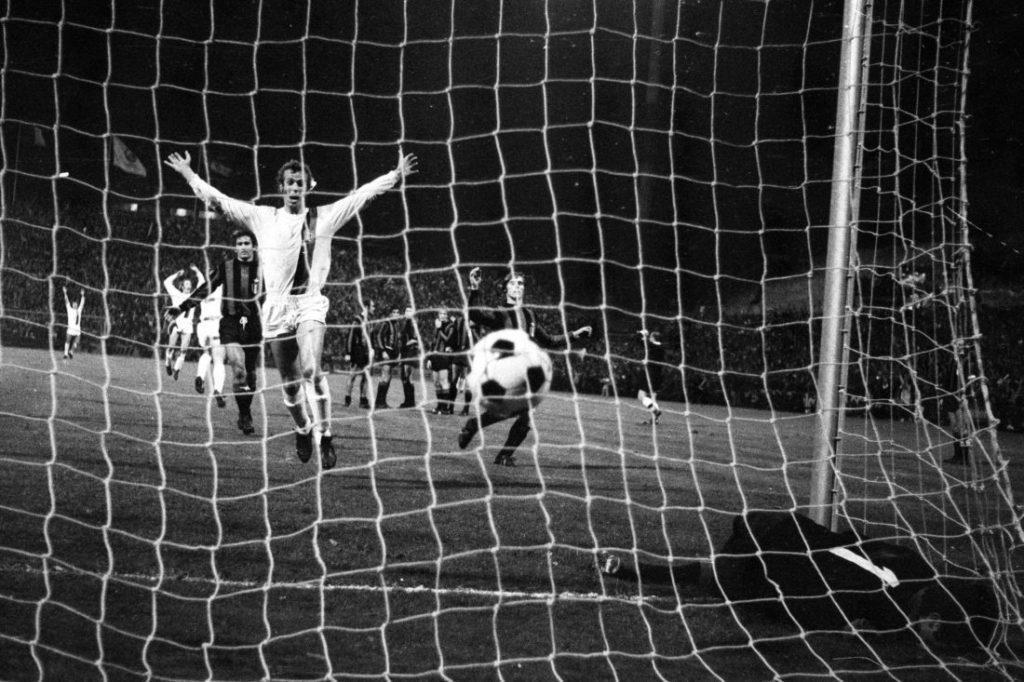 Torwart Lido Vieri (Inter Mailand) kassiert durch Günter Netzer (Borussia Mönchengladbach, nicht im Bild) das Tor zum 4:1.