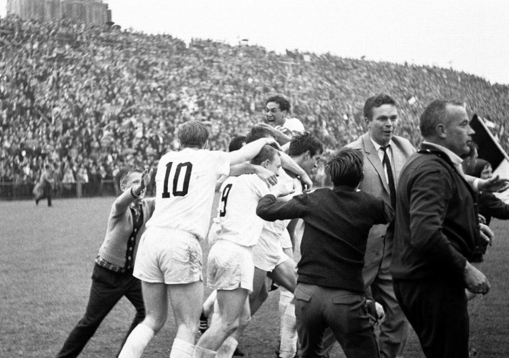 Frühjahr 1965: Gladbach bejubelt den Aufstieg in die Bundesliga.
