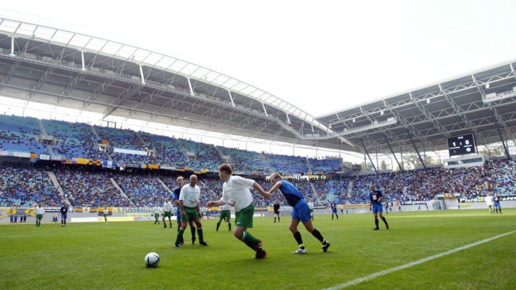 LEIPZIG, GERMANY - OCTOBER 09:    Fussball: 3. Kreisklasse 04/05, Leipzig; 1. FC Lokomotive Leipzig - Eintracht Grossdeuben II; Spielszene im Zentralstadion 09.10.04.