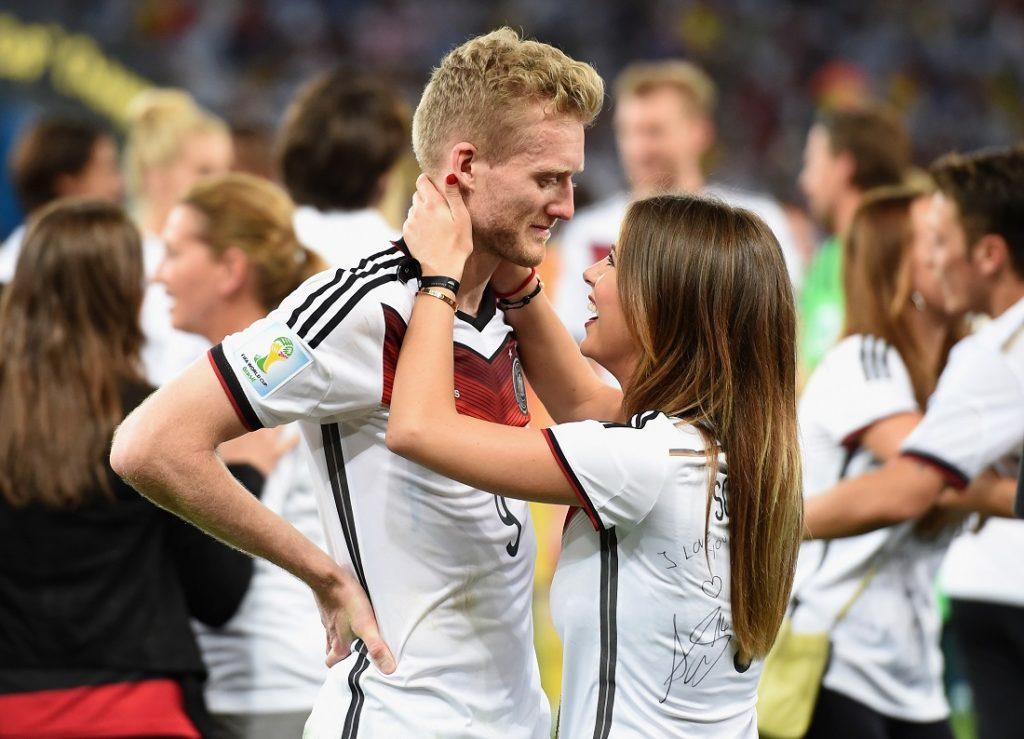 Die Nacht von Rio: André Schürrle und Freundin Montana feiern den WM-Titelgewinn für Deutschland am 13. Juli 2014 in Rio de Janeiro.