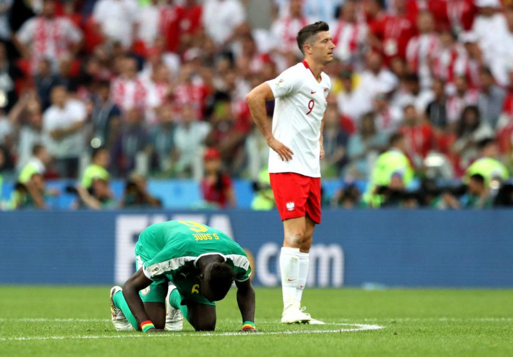 WM 2018: Polen verliert gegen den Senegal und Salif Sané (l.). Robert Lewandowski kann es nicht glauben...