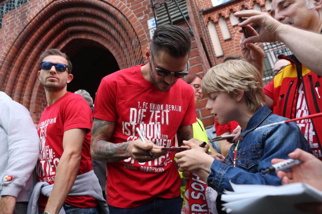Die Fans sind das große Kapital von Union Berlin und Christopher Trimmel. dessen Autogramme vor dem Köpenicker Rathaus und vor dem Start der Spree-Dampfertour nach dem Bundesliga-Aufstieg am 29. Mai 2019 besonders gefragt waren..