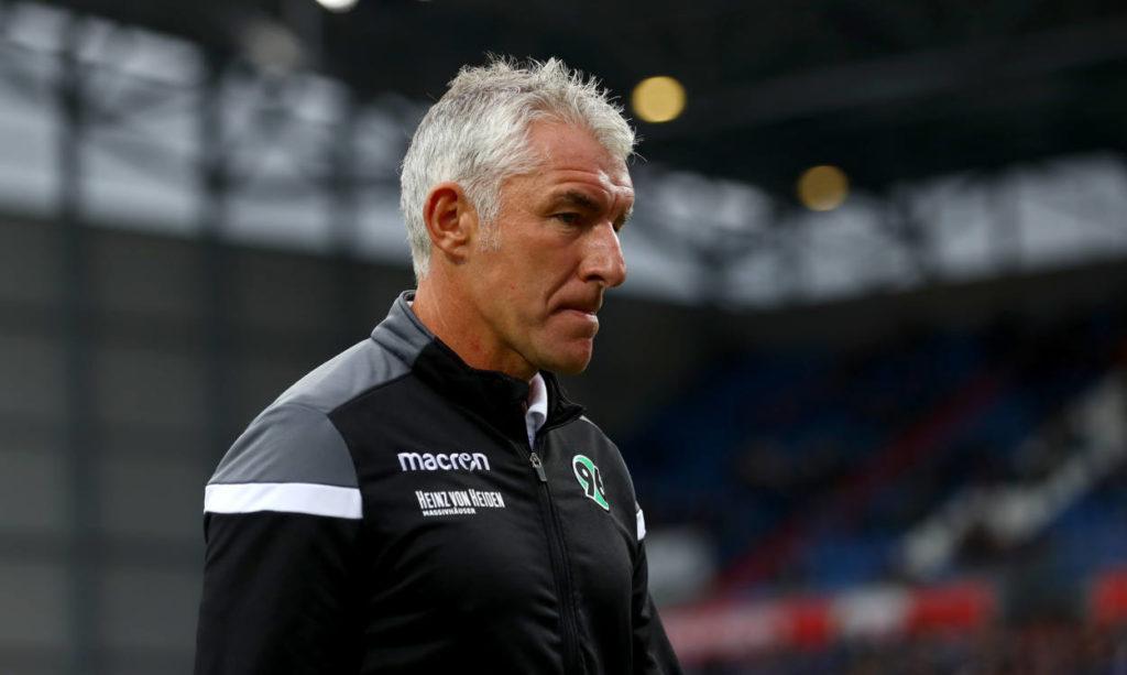 Mirko Slomka ist um seinen Job als Trainer von Hannover 96 nicht zu beneiden..