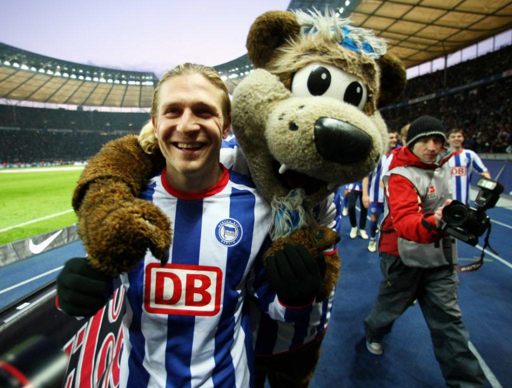 Da steppt der Bär: Andrey Voronin und Maskottchen Herthinho feiern den 2:1-Erfolg der Hertha über den FC Bayern München am 14. Februar 2009