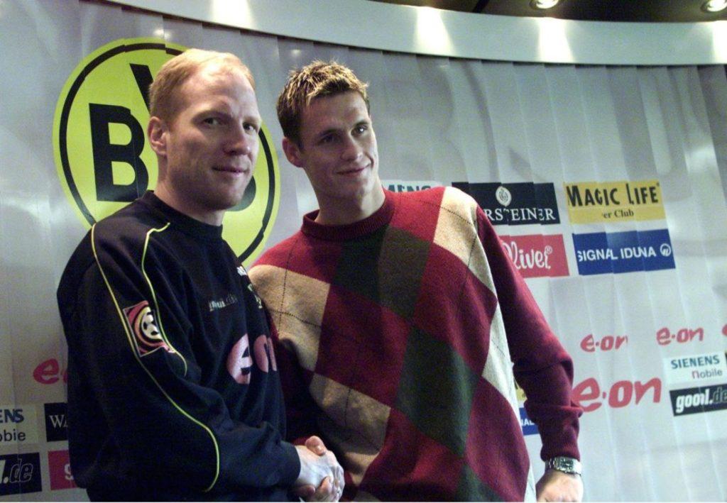Am 4. Januar 2002 begrüßt BVB-Trainer Matthias Sammer (l.) einen jungen Mann namens Sebastian Kehl in Dortmund beim Trainingsstart..