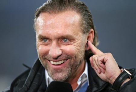 Nach seinem Abschied aus Budapest sah man Thomas Doll unter anderem als TV-Experten, hier beim Spiel seines Ex-Klubs Hamburger SV gegen den 1. FC Köln (1:0) in der 2. Liga am 5. November 2018.