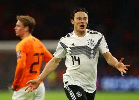 Er spielt nicht für den FC Bayern: Nico Schulz dreht nach dem 3:2-Siegtor gegen Holland in Amsterdam jubelnd ab. Hinten: Frenkie de Jong.