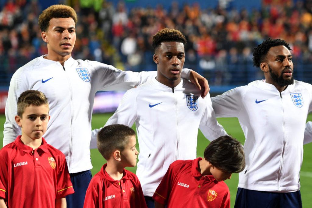 Callum Hudson-Odoi (m.) bei seinem Startelf-Debüt für England in Montenegro.
