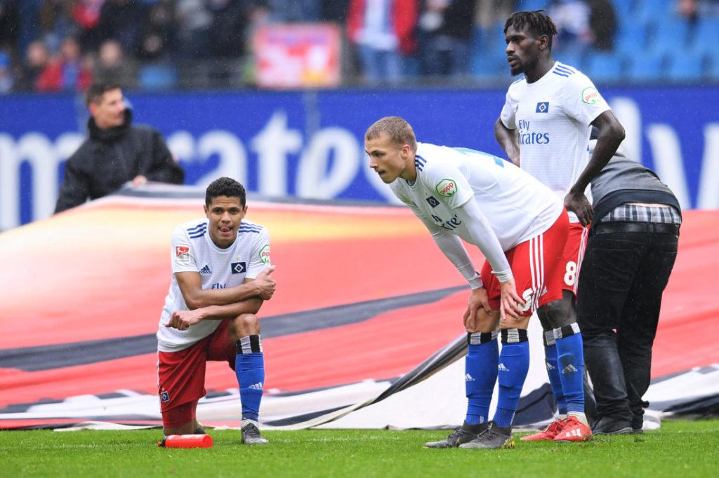 Lehrjahre sind keine Bayern-Jahre: Jann-Fiete Arp (m., mit Bakery Jatta und Douglas Santos) nach dem 2:3 des HSV im Zweitliga-Heimspiel gegen Darmstadt 98.