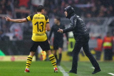 Der perfekte Favre-Fußballer? Raphael Guerreiro erhält im Bundesliga-Spiel Borussia Dortmund gegen VfB Stuttgart (3:1) Anweisungen vom Schweizer Coach des BVB.