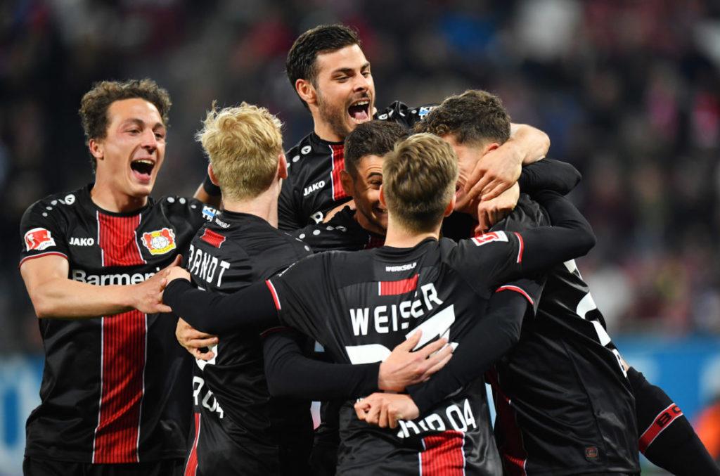 Die Spieler von BAyer Leverkusen feiern Kai Havertz nach seinem Tor zum 2:1 beim FC Augsburg (4:1).