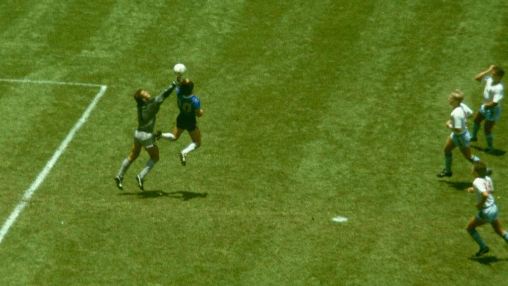 Das legendäre Tor: Diego Maradona überlistet Englands Torhüter Peter Shilton im WM-Viertelfinale 1986 in Mexico-City.